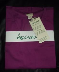 Nett verpackt mit allen wichtigen Details: Mein hessnatur-Shirt zum Test.