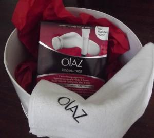 Gewonnen: 3-Zonen-Reinigungssystem von Olaz mit Waschlappen in einer runden Hutschachtel.