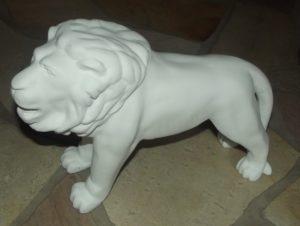 Unser Klein-Löwe, noch weiß und ein bisschen nackt.