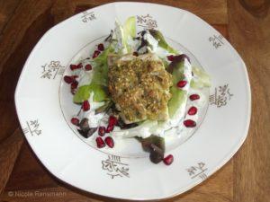 Fisch mit Sesam-Senf-Kruste auf Minisalat mit Granatapfelkernen und Jogurthsauce