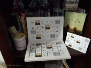 Zur Bestellung gehörten: 1 x Schokoladen BILDER mit Klappkarte in edlem Seidenpapier eingepackt für 20.95 EUR (plus Porto) 24 Schokoladentäfelchen in hochwertiger Geschenkbox von Hand gefertigt.