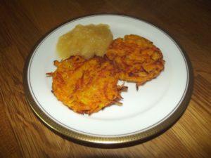 Das Apfelkompott entstand nach dem Rezept von Tim Mälzer mit Ahornsirup. Die Kürbis-Kartoffeln-Röstis sind von mir.