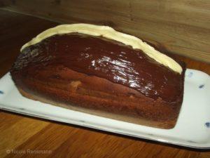 Marmorkuchen mit Schokoladenglasur und weißer Schokolade-Toping