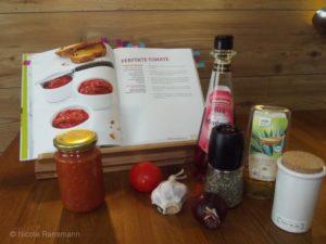 """Perfekte Tomate nach einem Rezept aus dem Buch """"Brotaufstriche"""" von Stefan Wiertz. Rechts: All die Zutaten, die du brauchst. Links im Glas das Ergebnis. Das Rezept reicht für zwei Gläser."""