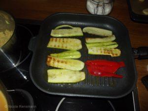 Hier grillen Zucchini-Scheiben... mittig schön mit Muster, am Rand will es leider nicht.