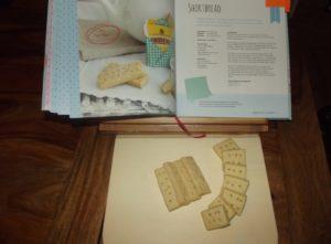 Shortbread lässt sich in große oder kleine Stücke schneiden wunderbar variieren. Schnell gemacht und ebenso schnell gegessen.