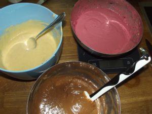 Dreielei Teige für den Marmorkuchen.
