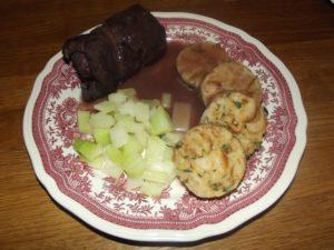 Rouladen mit Serviettenknödel und Kohlrabi - alle Zutaten sind übrigens vom Wochenmarkt, abgesehen von den sauren Gurken in der Roulade, die sind aus dem Glas.